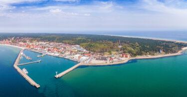 Hel – widok z lotu ptaka na miejskie zabudowania i apartamenty nad morzem