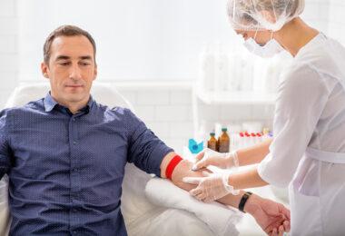 Chłoniak Hodgkina – pielęgniarka pobierająca krew od mężczyny.